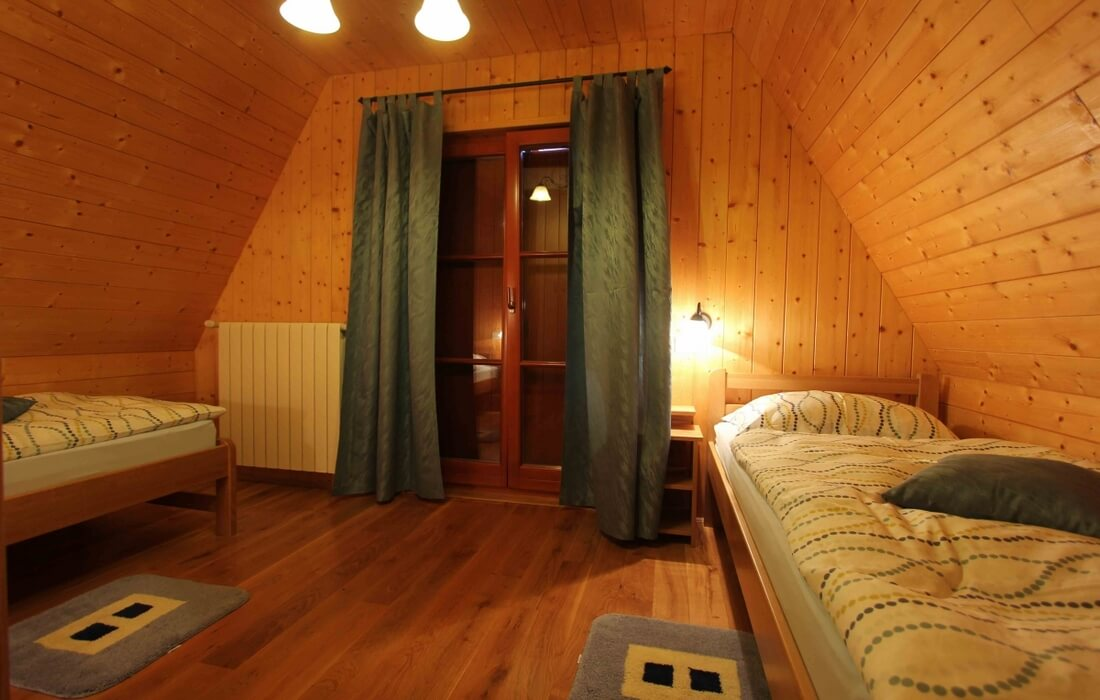 Bedroom with twin beds and balcony in Chalet Eva – Runolist