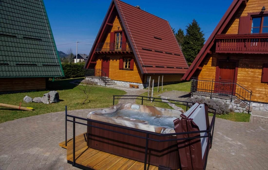 Outdoor jacuzzi on the property of Houses Runolist