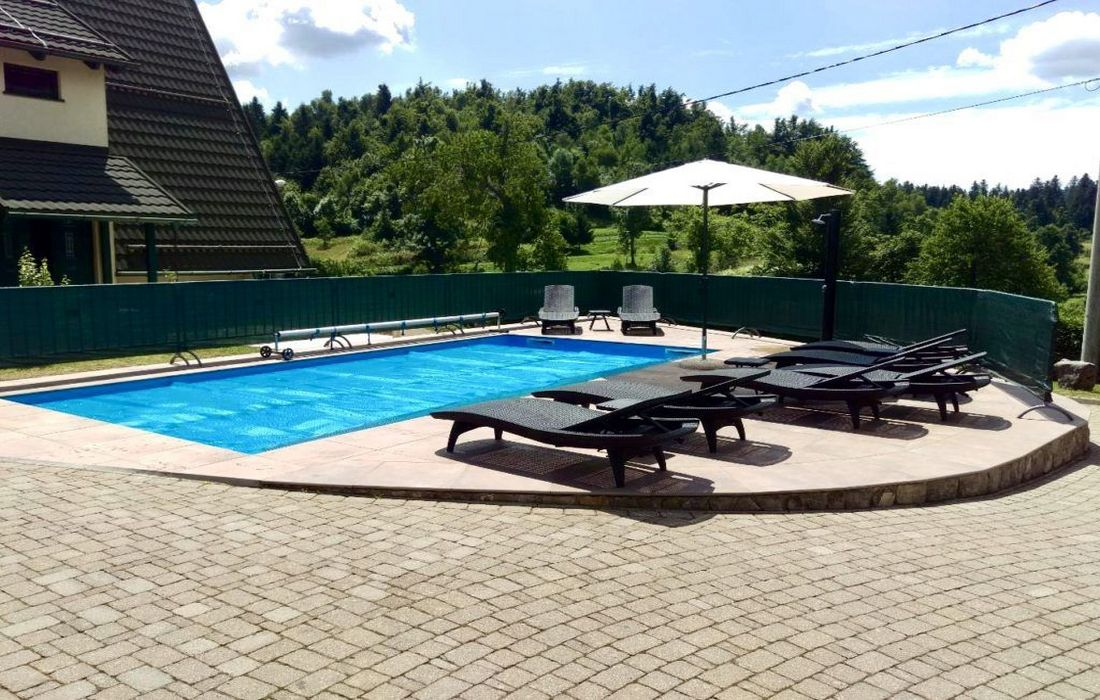 Outdoor heated swimming pool, Chalets Runolist